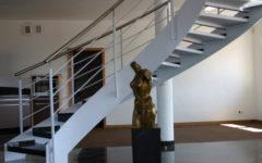 schody-wewnętrzne-policzkowe-stopnie-kamień